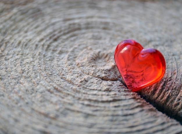Coração vermelho na superfície de madeira