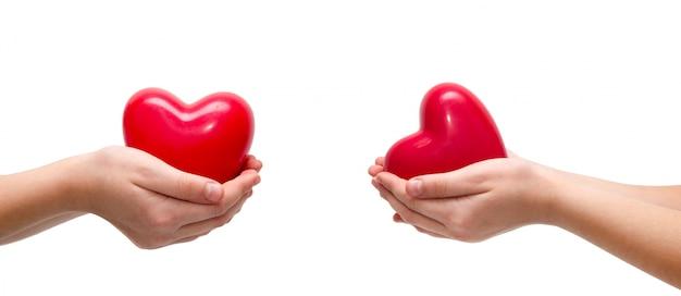 Coração vermelho nas mãos da mulher