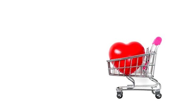 Coração vermelho no carrinho de compras ou carrinho isolado no fundo branco controle de pressão sanguínea carro saudável