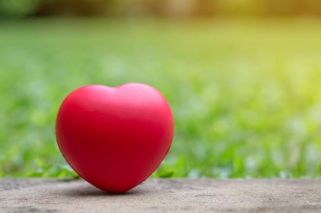 Coração vermelho no chão