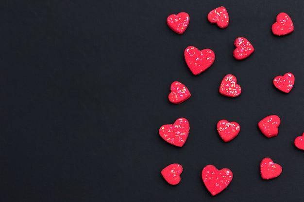 Coração vermelho no fundo preto com espaço da cópia para o cartão. conceito de plano de fundo dia dos namorados.