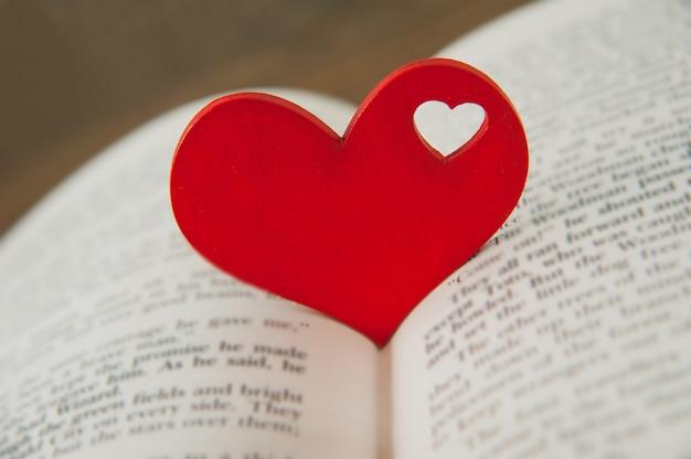 Coração vermelho no livro. dia dos namorados