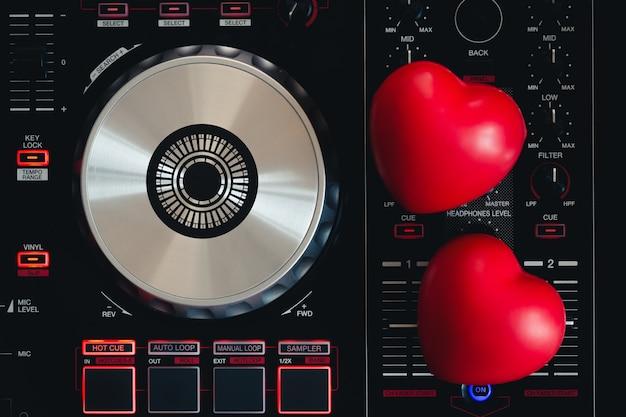 Coração vermelho no toca-discos da plataforma giratória