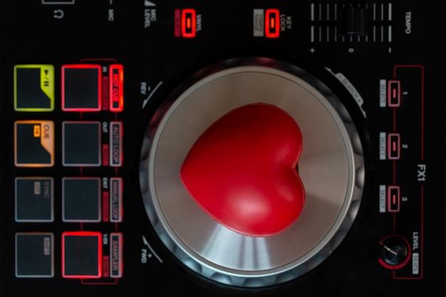 Coração vermelho no toca-discos vinil turntable