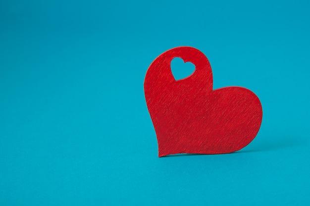Coração vermelho sobre fundo azul