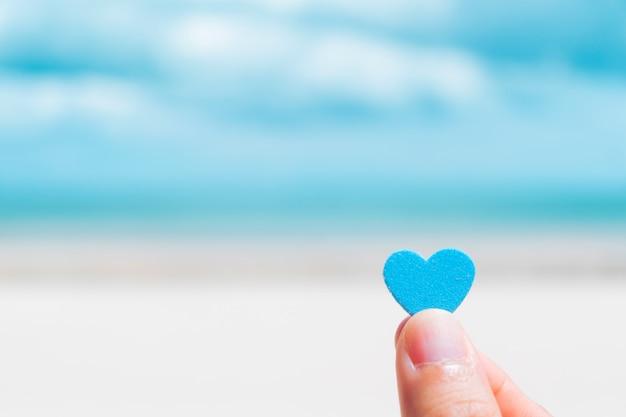 Coraçãozinho com fundo de praia verão