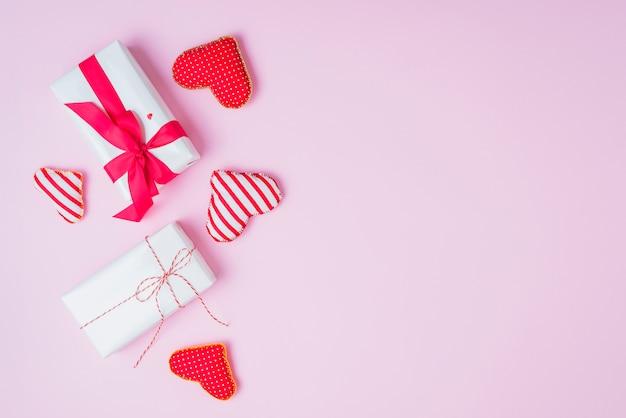 Corações artesanais perto de presentes fofos