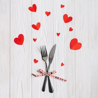 Corações bonitos em torno dos utensílios