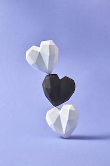 Corações brancos e pretos como um pilar vertical