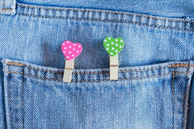 Corações coloridos em fundo de jeans velho