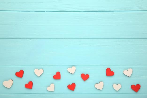Corações coloridos em um fundo de madeira