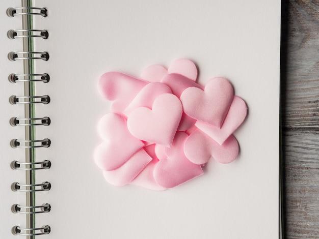 Corações cor de rosa na página em branco. dia dos namorados