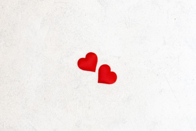 Corações de amor em fundo de textura de madeira. conceito de cartão de dia dos namorados