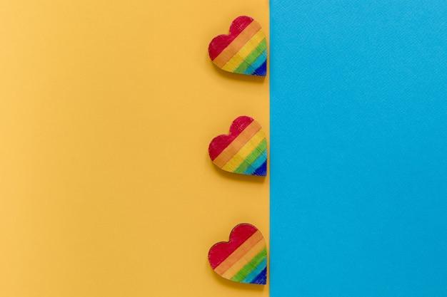 Corações de arco-íris na mesa