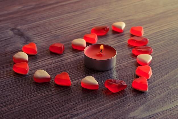 Corações de balas de gelatina com chama de vela