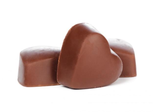 Corações de chocolate isoladas no branco