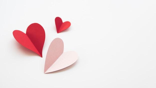 Corações de cópia-espaço feitos de papel