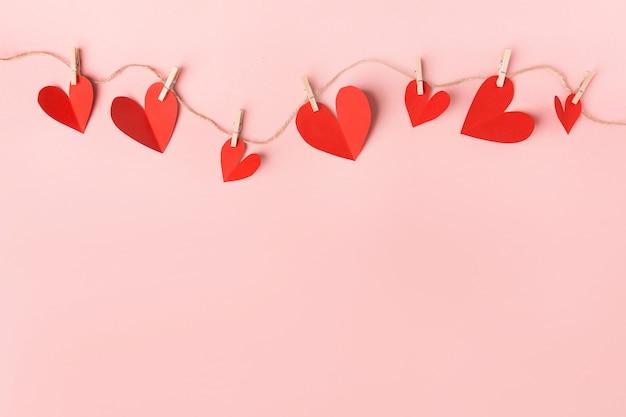 Corações de dia dos namorados de papel em rosa