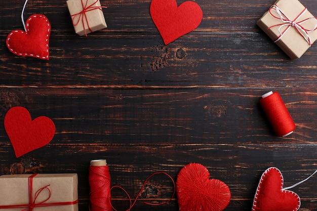Corações de feltro vermelho artesanal, presentes e cordas com fios