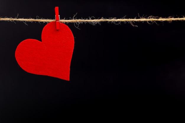 Corações de feltro vermelho em uma corda