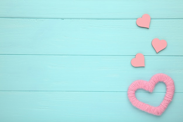 Corações de fio vermelho sobre um fundo azul. corações rosa