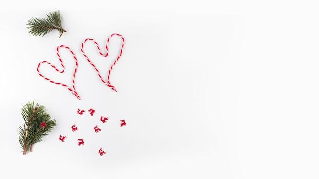 Corações de fios e galhos de pinheiro
