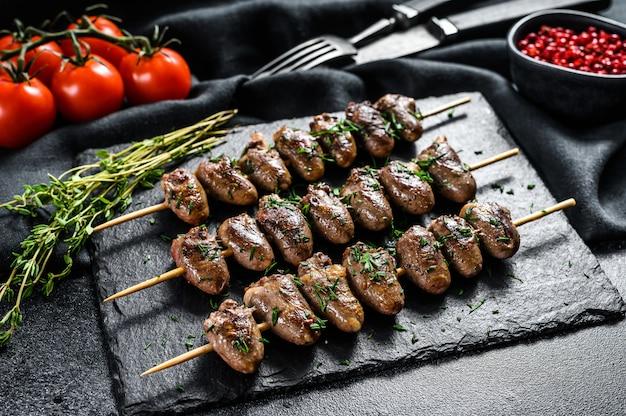 Corações de frango no espeto e grelhado. yakitori