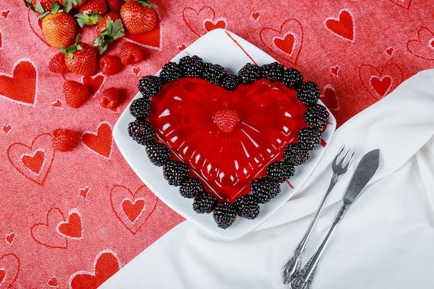 Corações de gelatina de framboesa com amoras e morangos frescos