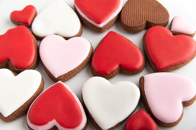 Corações de gengibre festivos no dia dos namorados. cookies glaceados com açúcar. macro.