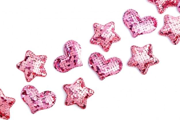 Corações de lantejoulas rosa e estrelas em branco