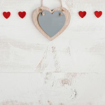 Corações de madeira e vermelhos com espaço de cópia