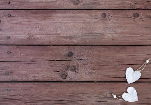 Corações de madeira em um fundo de madeira. dia dos namorados.