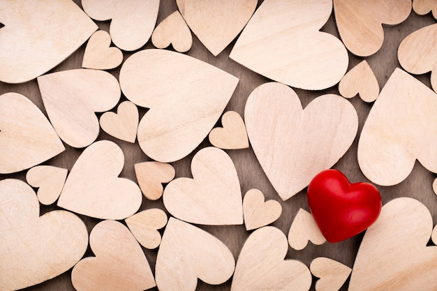 Corações de madeira, um coração vermelho no fundo do coração de madeira.