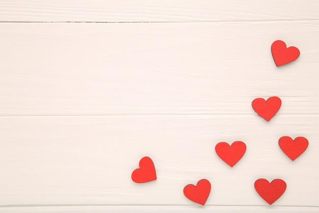 Corações de madeira vermelhas em fundo de madeira