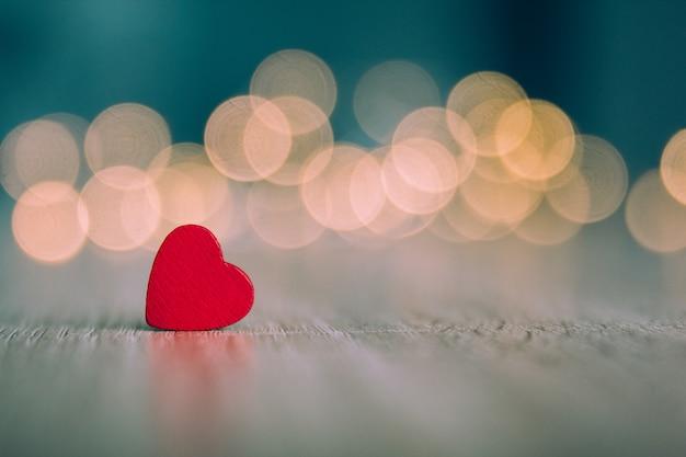 Corações de madeira vermelhos com um fundo desfocado