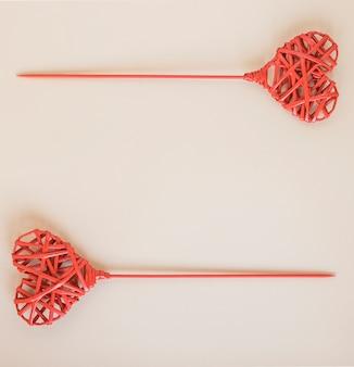 Corações de madeira vermelhos em varas