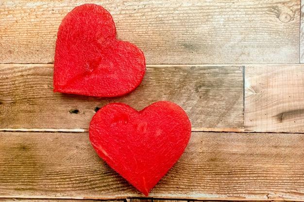 Corações de melancia em fundo de madeira