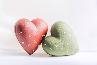 Corações de Natal verde e vermelho sobre fundo branco