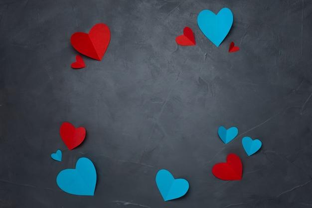 Corações de papel artesanal em plano de fundo texturizado cinza