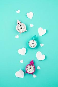 Corações de papel branco, despertadores e nuvens. sainte valentine, dia das mães, cartões de aniversário, convite, conceito de celebração