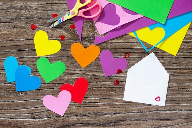 Corações de papel. composição decorativa com envelope branco
