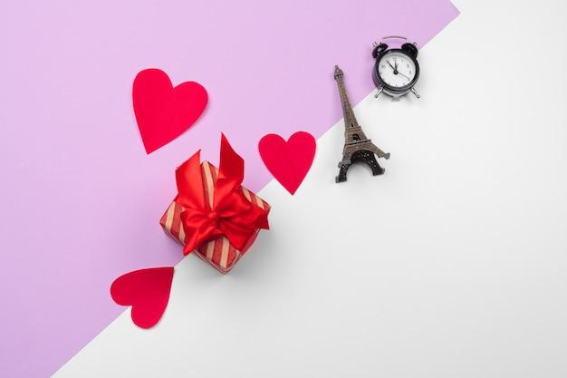 Corações de papel e caixa de presente com espaço de cópia, composição de são valentim
