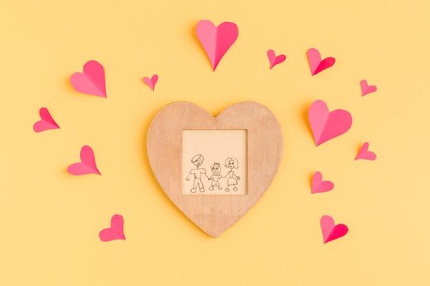 Corações de papel e moldura com pintura