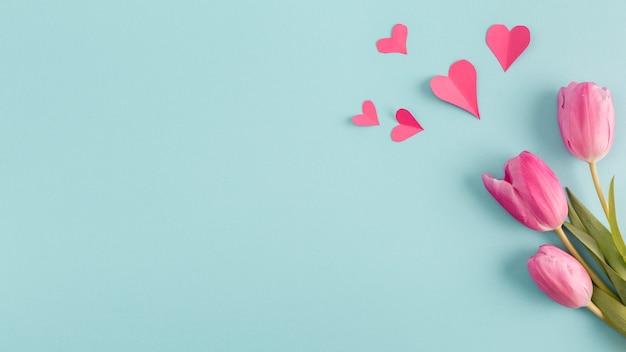 Corações de papel e ramo de flores