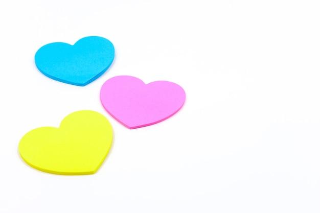 Corações de papel em forma de cor rosa azul e amarelo isolado