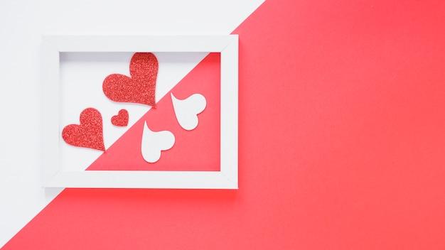 Corações de papel entre moldura
