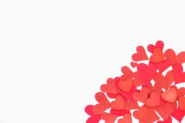 Corações de papel pequeno na mesa