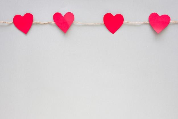 Corações de papel pequenos presos a corda