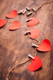Corações de papel presos a corda na mesa