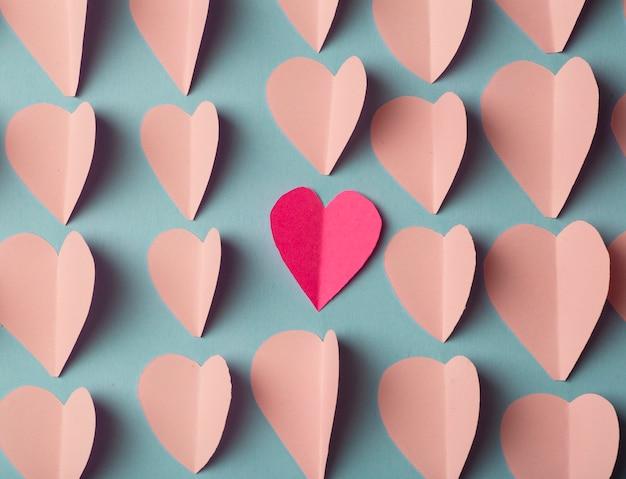 Corações de papel rosa e vermelho